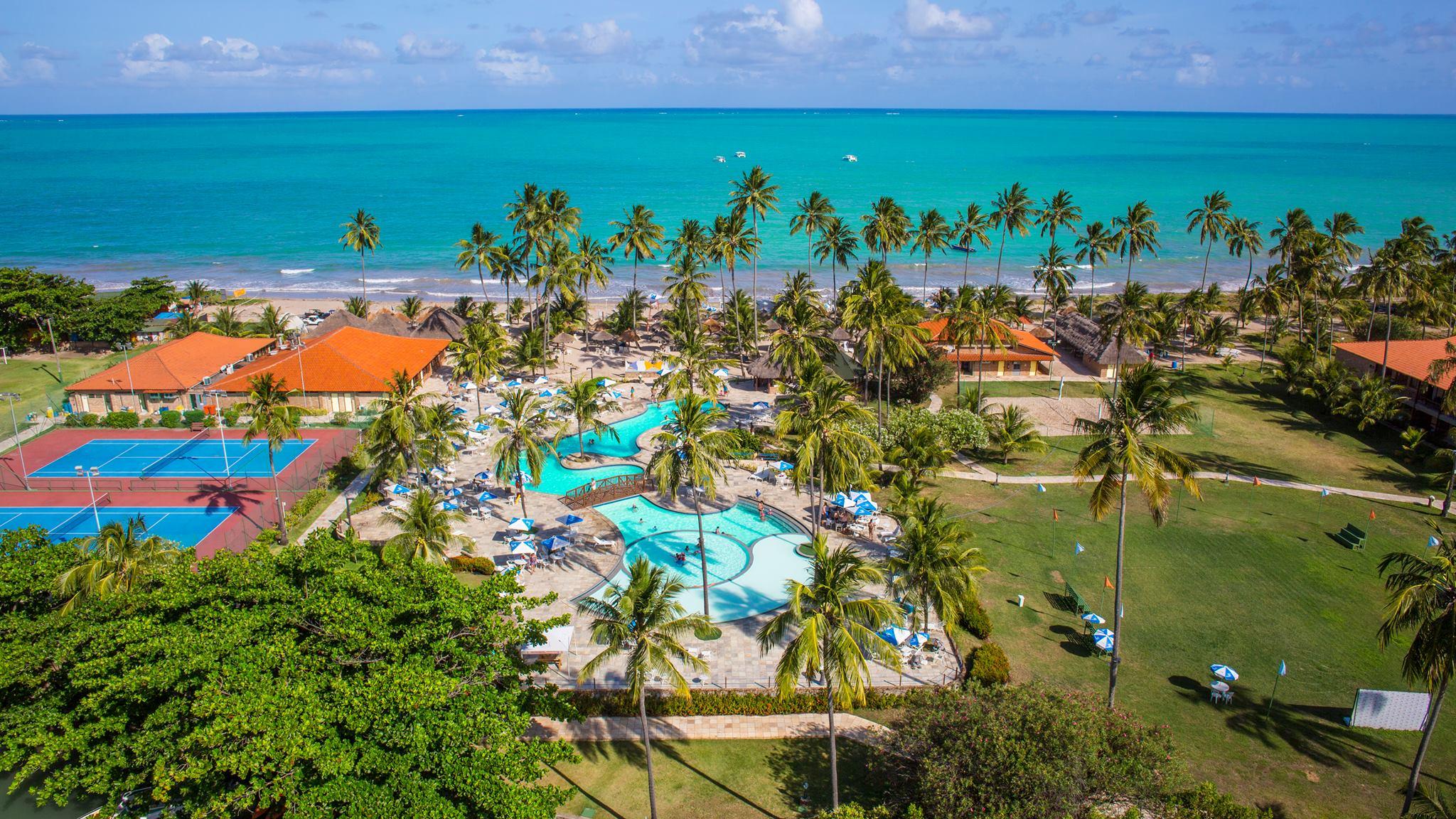 Vista aérea da piscina e do mar de um dos melhores resorts all inclusive do Brasil, o Salinas de Maragogi