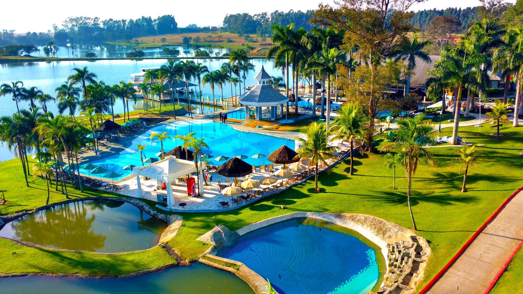 Vista aérea da piscina e do lago de um dos melhores resorts all inclusive do Brasil, o Mavsa Resort
