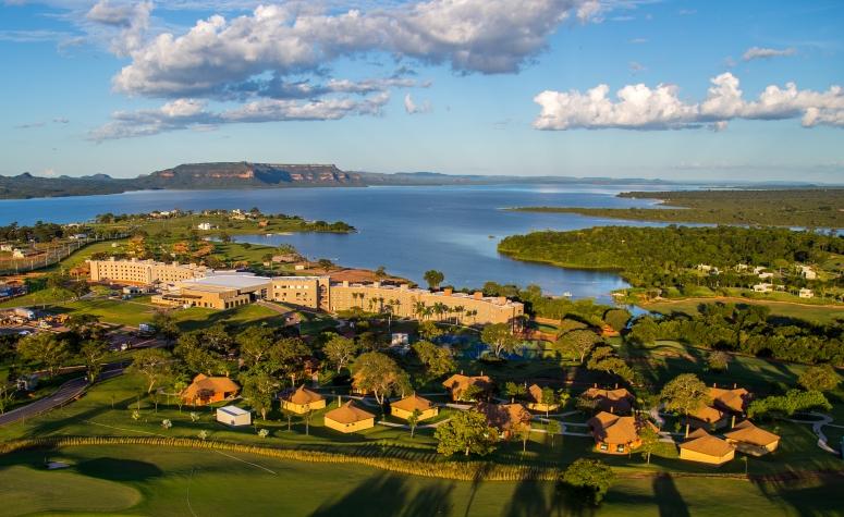 Vista aérea do grande lago com o resort Malai Manso
