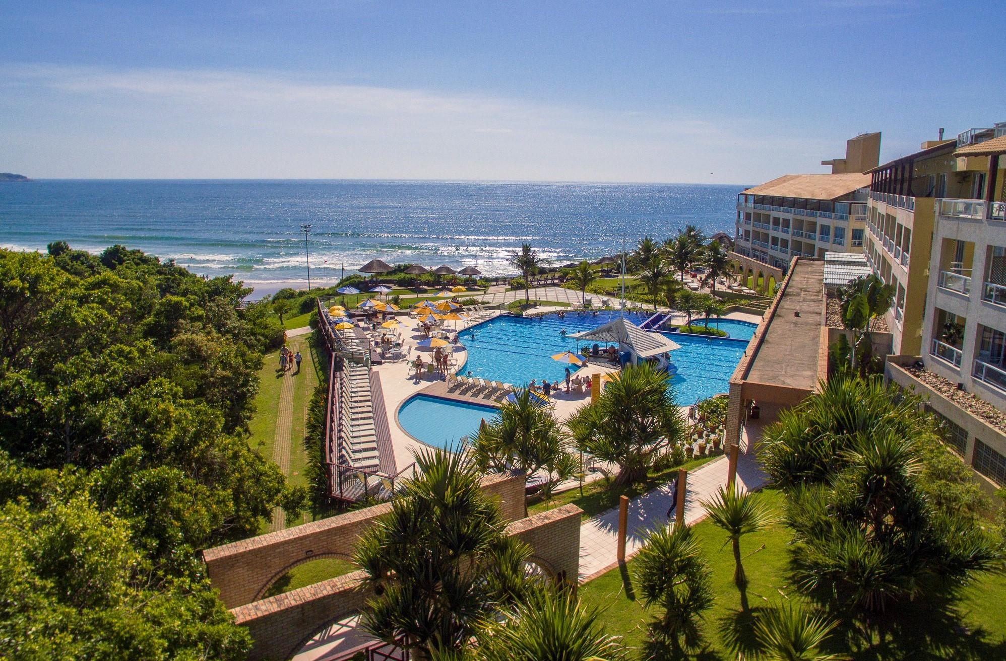 Vista aérea da piscina e do mar de um dos melhores resorts all inclusive do Brasil,