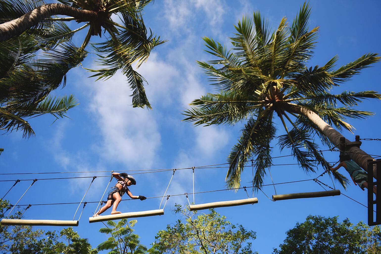 Criança fazendo arvorismo em um dos melhores resorts all inclusive do Brasil