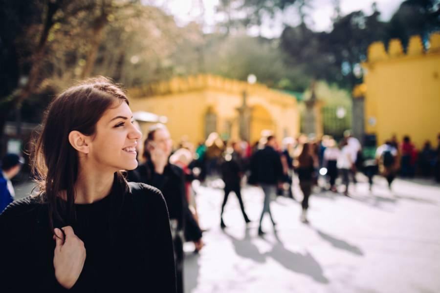 menina observando um ponto turístico guiado por um guia brasileiro