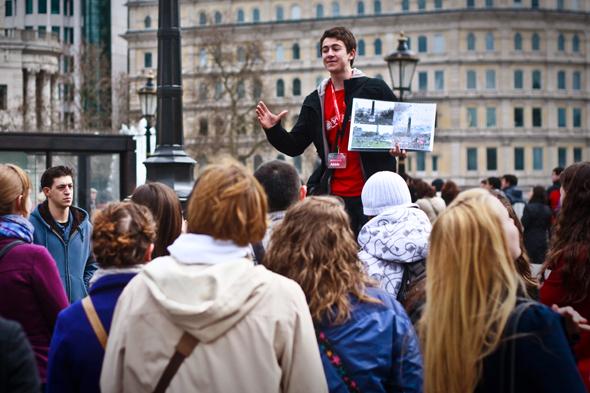 Guia brasileiro em Londres explicando um monumento