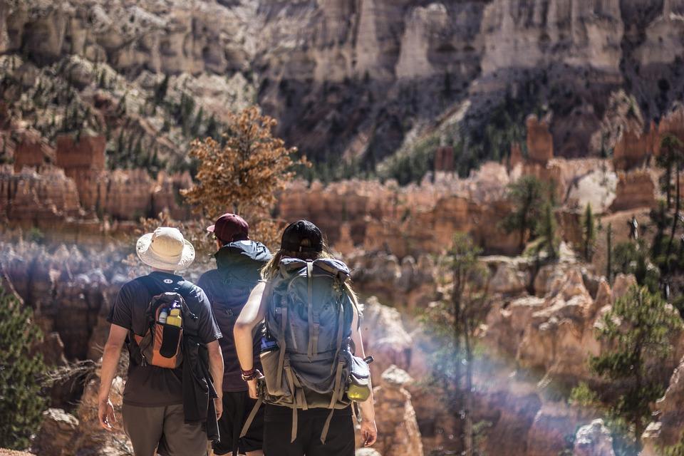 Guia brasileiro com dois turistas aventurando as montanhas