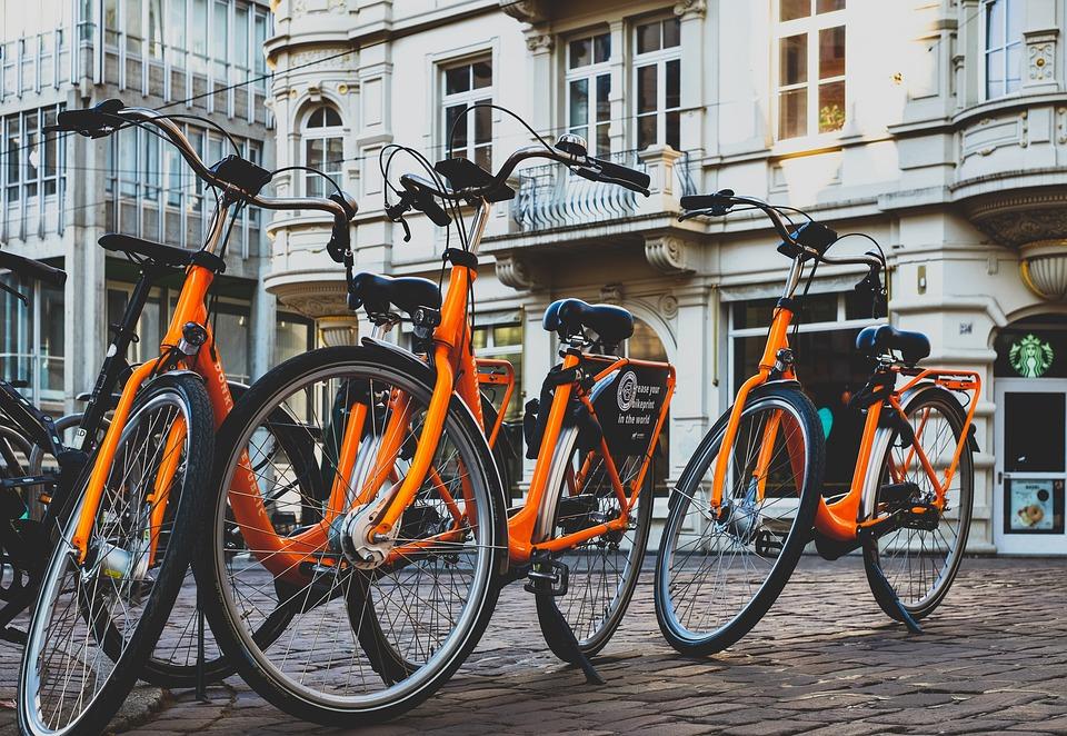 Bicicletas laranjas, transporte ideal para aproveitar o verão na Europa em julho
