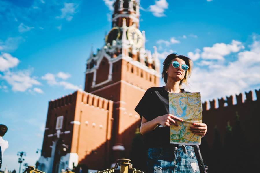 Turista com um mapa na mão