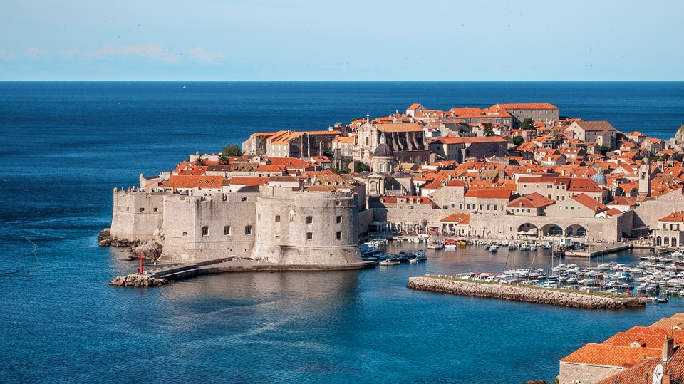 Vista da cidade entre mar e lago, na Croácia. Ótimo destino para o verão da Europa em julho