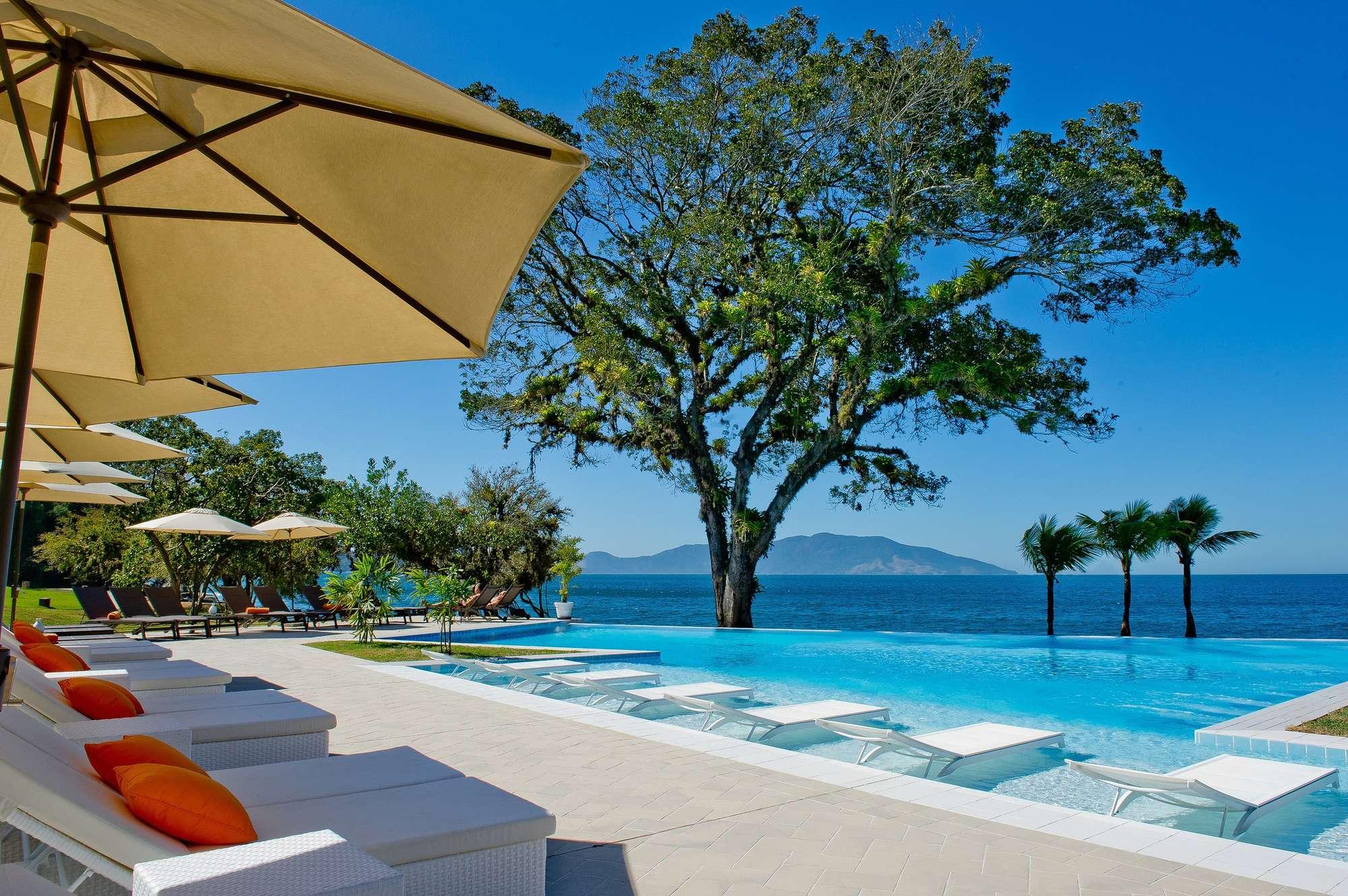 Piscina com borda infinita e mar ao fundo, essa é a vista de um dos melhores resorts all inclusive do Brasil, o Club Med Rio das Pedras