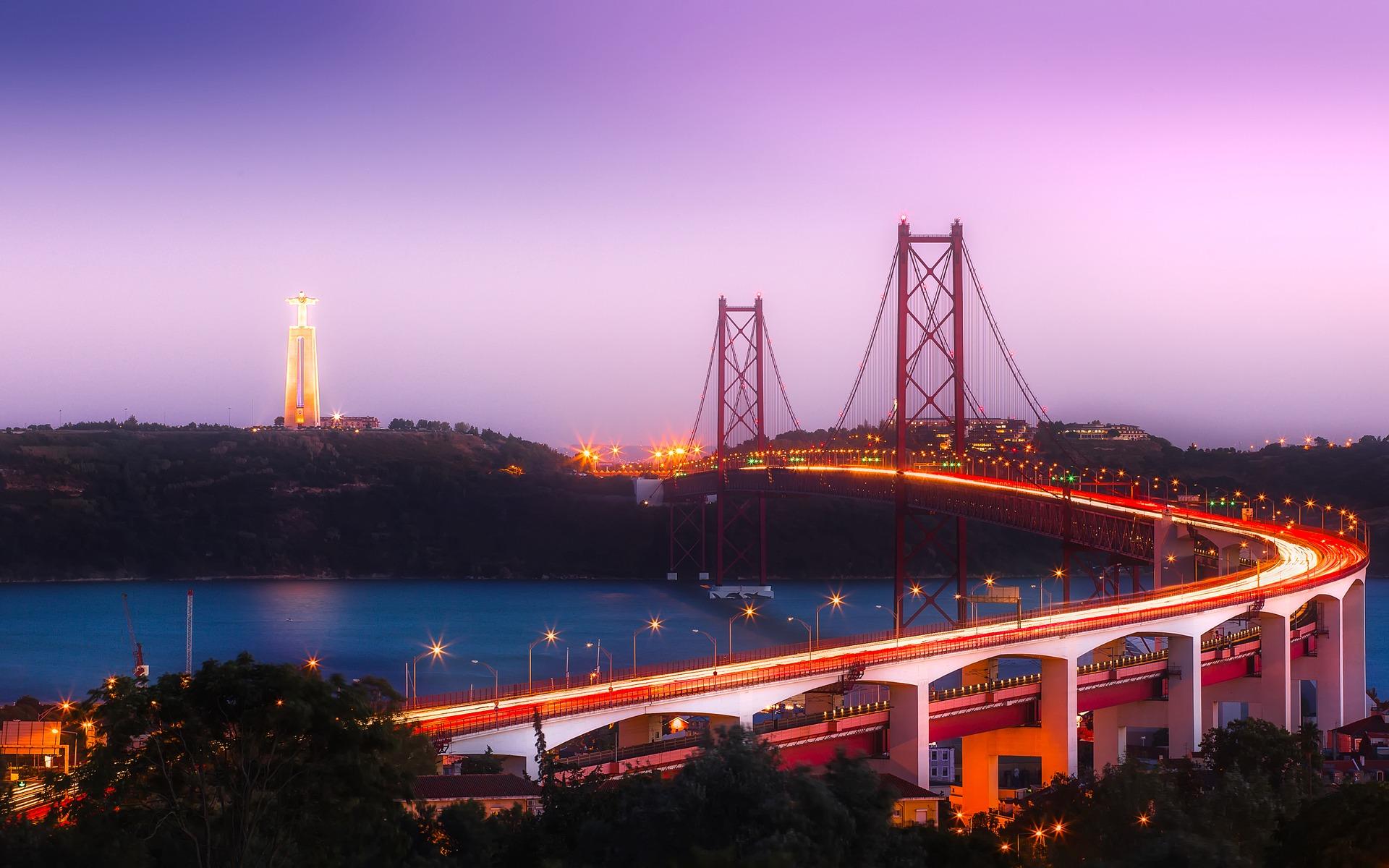 Ponte turística na cidade de Lisboa, uma das ótimas cidades para viagens em grupo