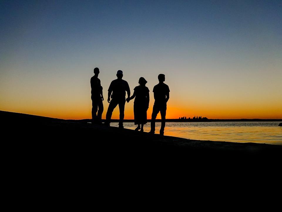 pessoas em um por do sol em uma viagem de pacote europa para brasileiros