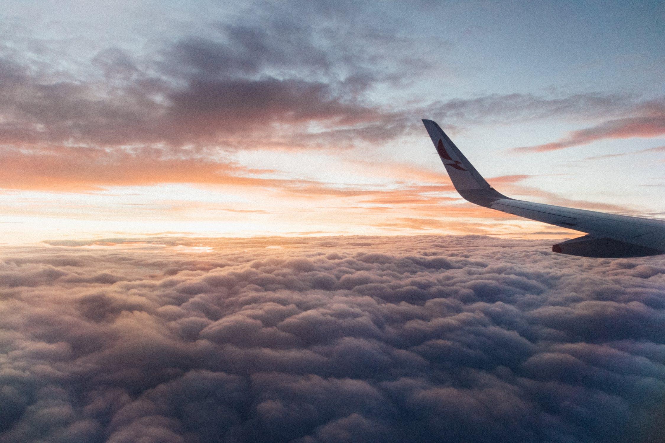 Avião entre nuvens