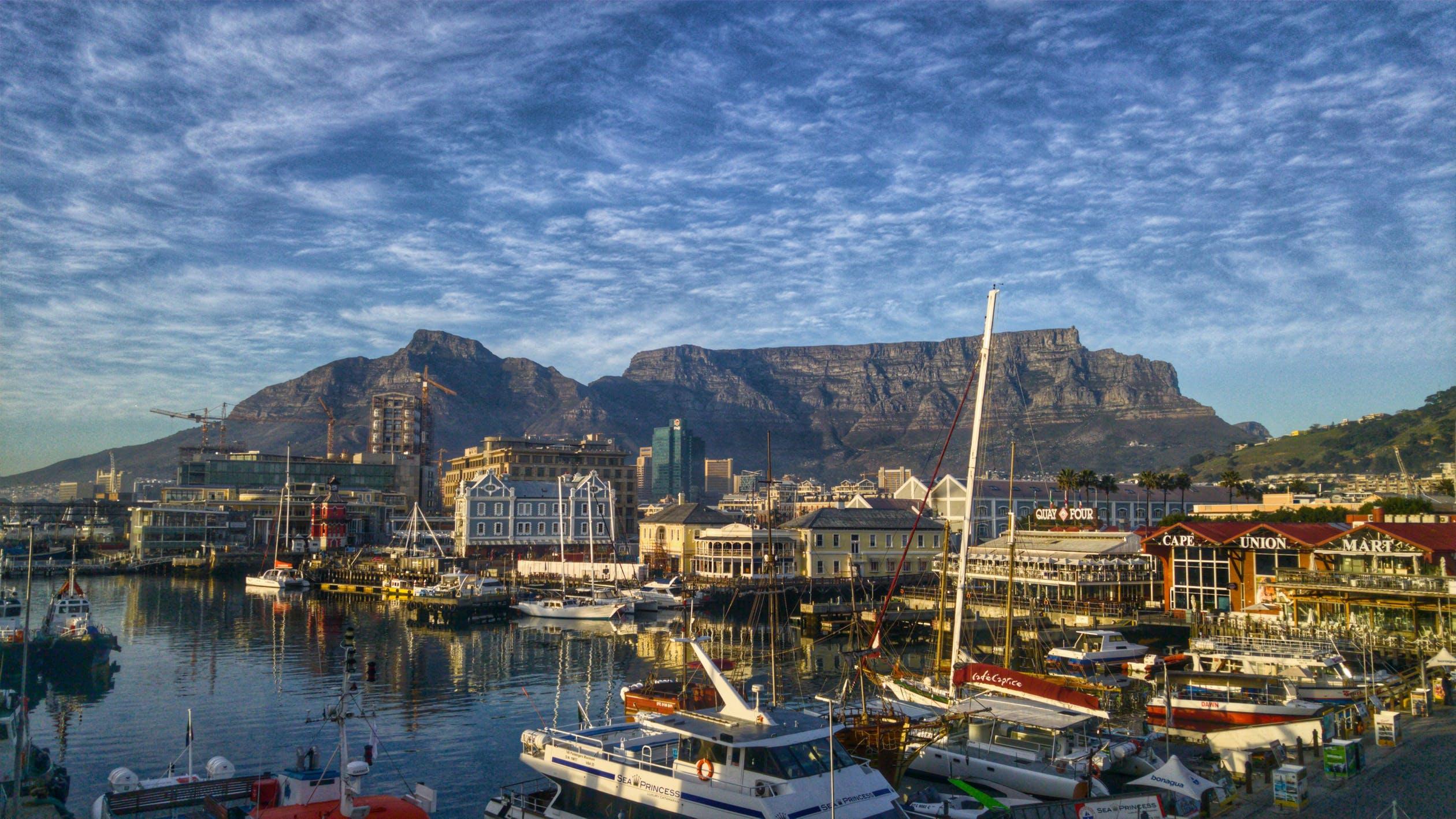 Vista do porto com diversos barcos que é uma ótima opção de lazer de uma viagem para a África do Sul