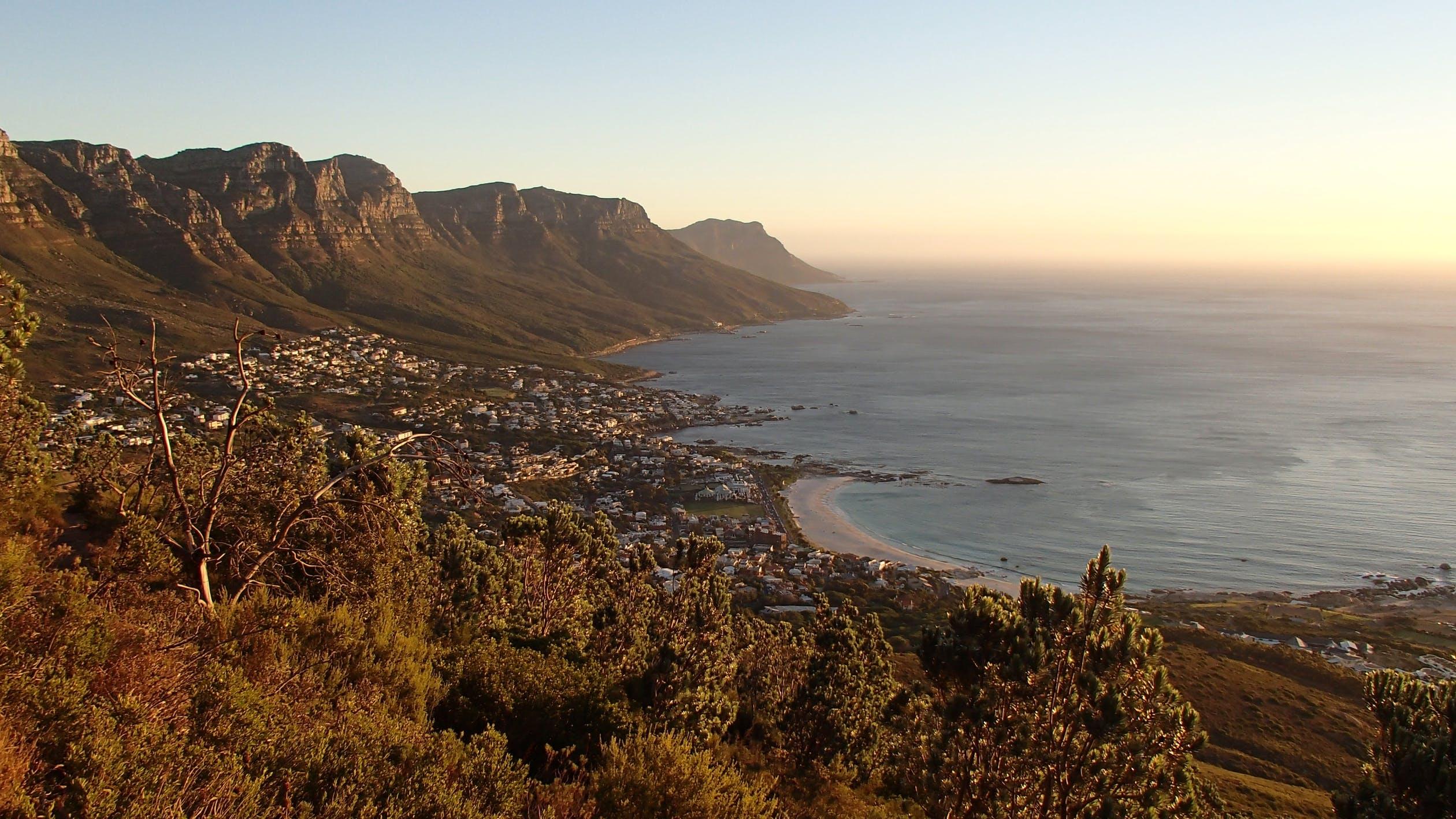 vista do litoral com montanhas de uma viagem para África do sul