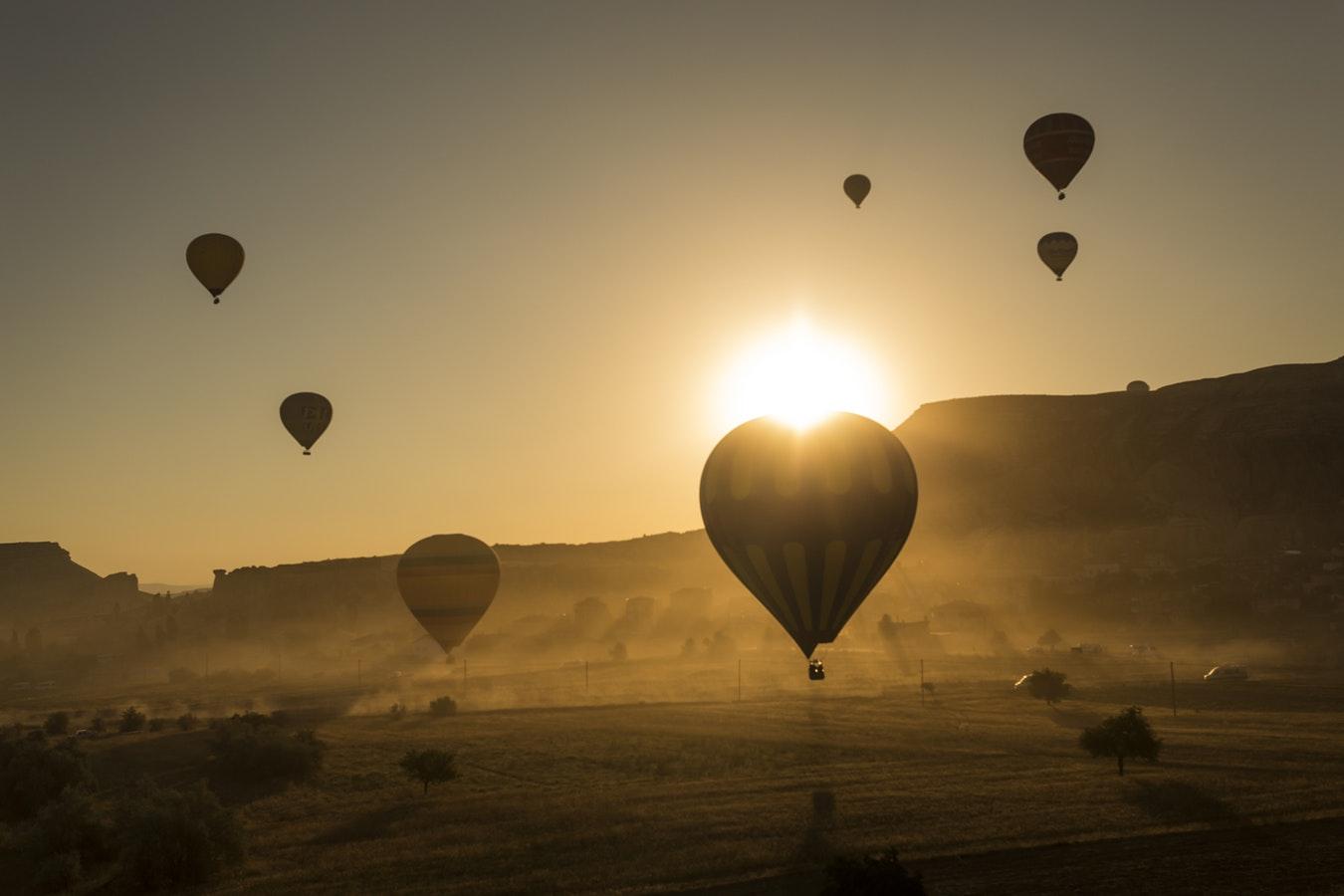 Turquia com balões ao pôr do sol