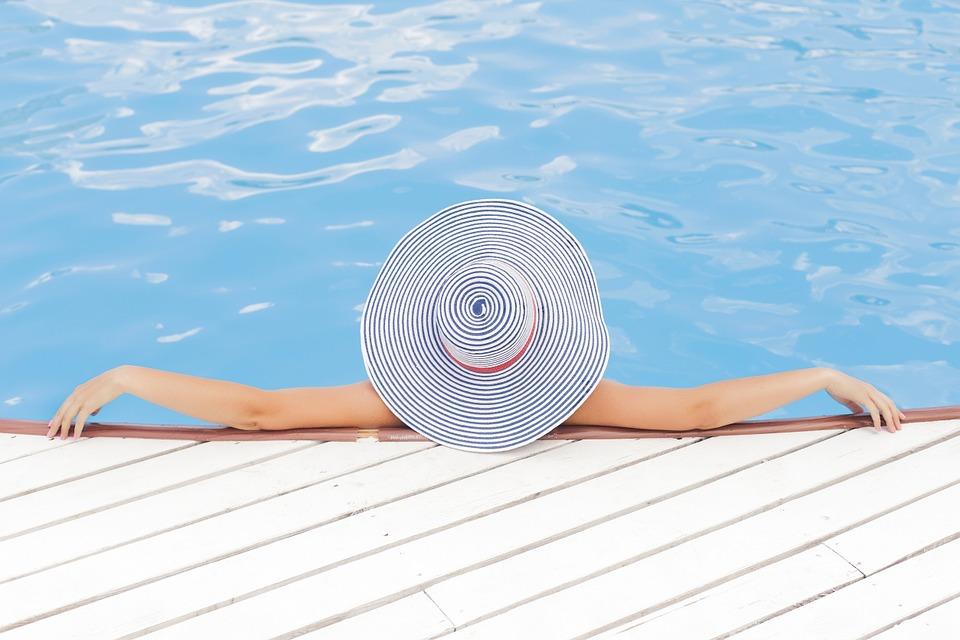 mulher relaxando com um grande chapéu em uma piscina de um dos melhores resorts all inclusive do Brasil