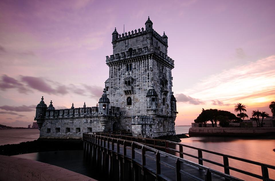 Torre de Belém com um pôr do sol ao fundo