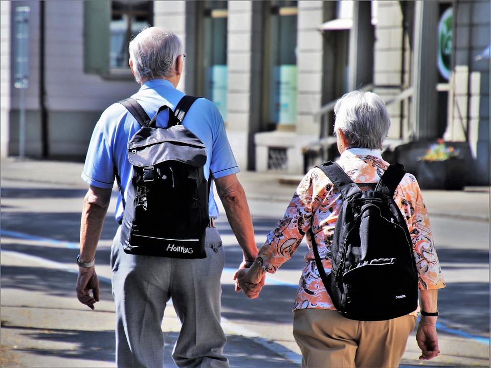 casal de idosos caminhando e aproveitando o pacote Europa para brasileiros