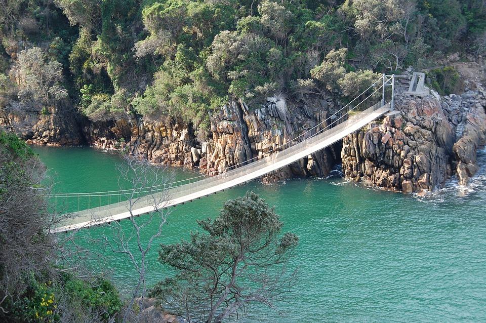 Rota jardim, mar com uma ponte grande cortando-o