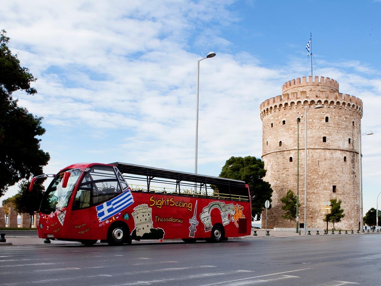 Ônibus de viagem vermelho para turistas, ideal para viagens em grupo